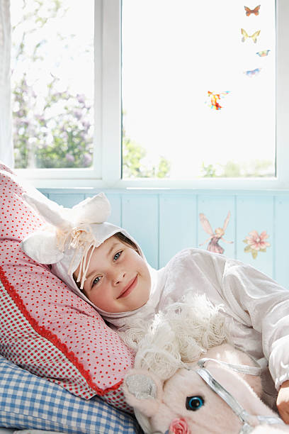 menina na fantasia de unicórnio - unicorn bed imagens e fotografias de stock
