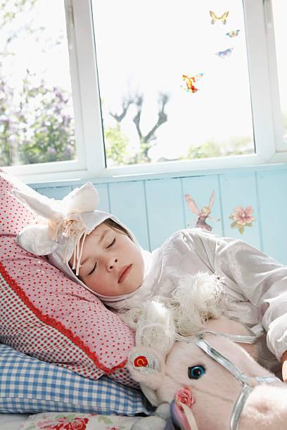 menina em unicórnio máscara de dormir - unicorn bed imagens e fotografias de stock