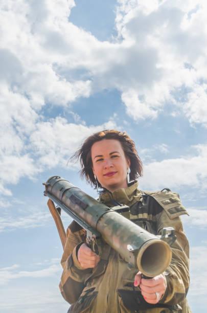 muchacha en uniforme con un Bazooka - foto de stock