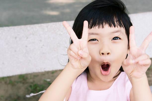 girl in ビクトリー - 子供時代 ストックフォトと画像