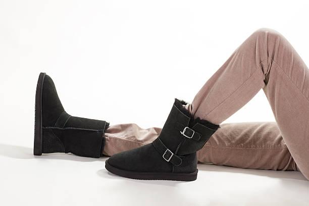mädchen im winter schwarz australische stiefel. - lammfellstiefel stock-fotos und bilder