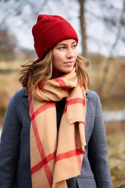 mädchen in winterkleidung - winterjacke lang damen stock-fotos und bilder
