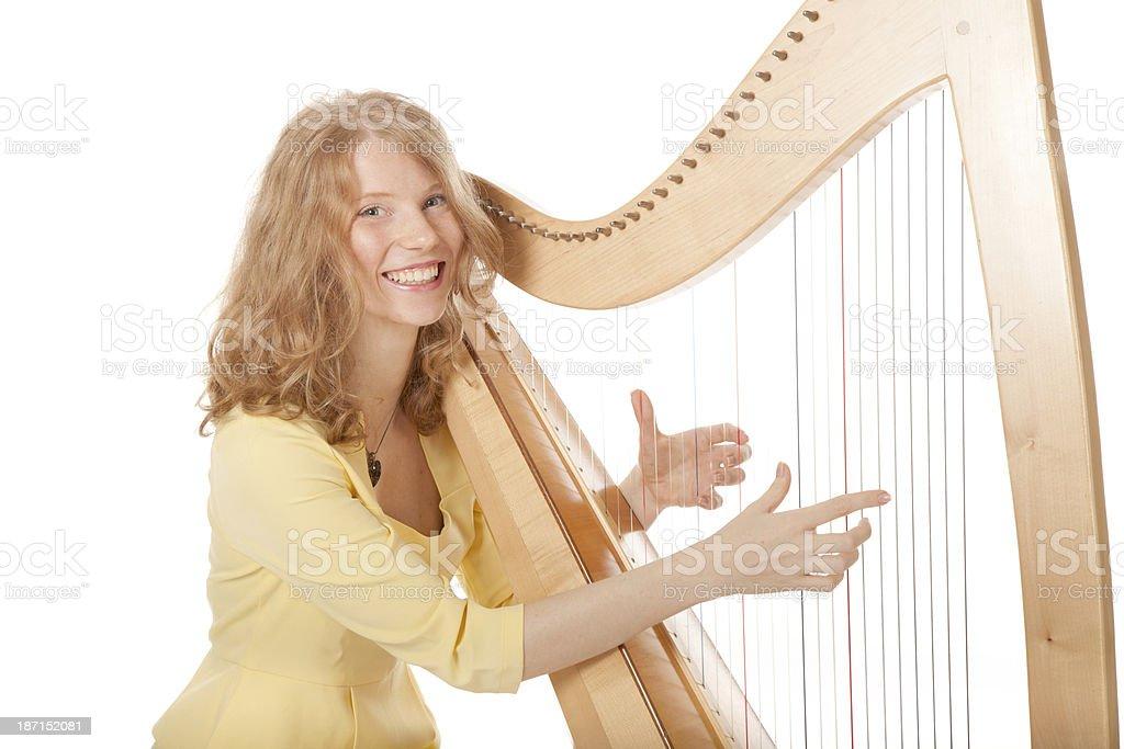 Ragazza in giallo suona l'arpa - foto stock