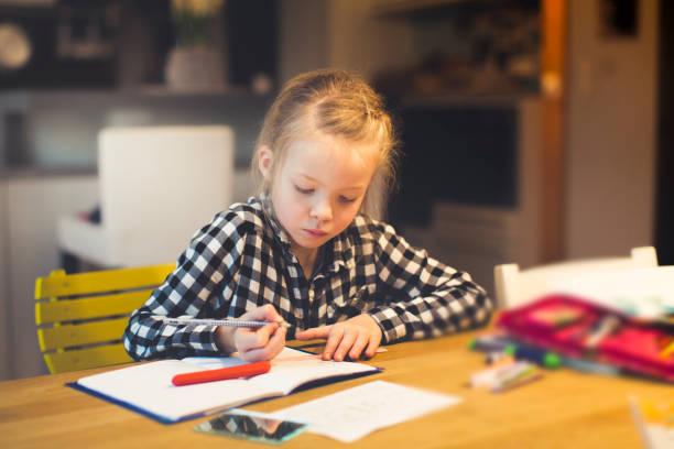 Mädchen tut Schularbeiten zu Hause – Foto