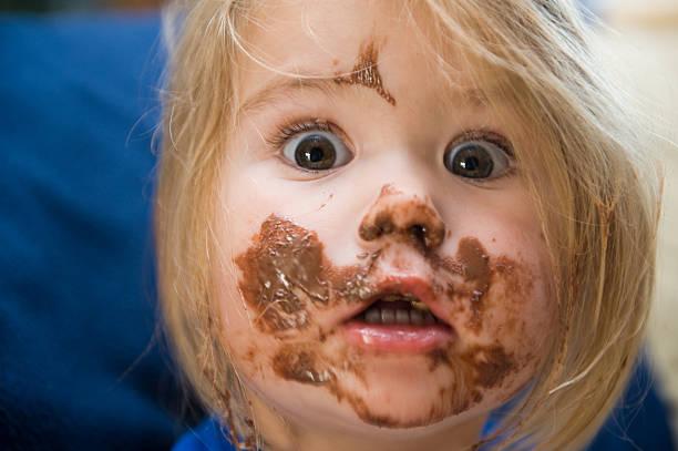 Garota está comendo - foto de acervo