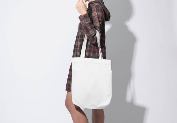 Girl hält Tasche Leinwand-Stoff für Mockup leere Vorlage isoliert auf grauen Hintergrund. – Foto