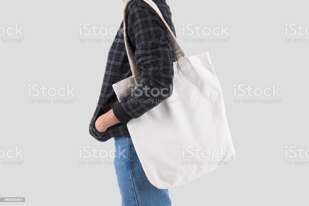 Mädchen hält Tasche Canvas Stoff für Mock-up leeren Vorlage isoliert auf grauem Hintergrund. – Foto
