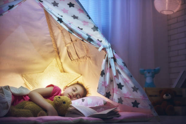 mädchen ist im zelt schlafen. - deckenleuchte kinderzimmer stock-fotos und bilder