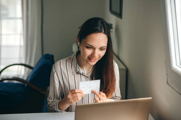 Ein Mädchen zeichnet ein Lehrvideo auf. – Foto