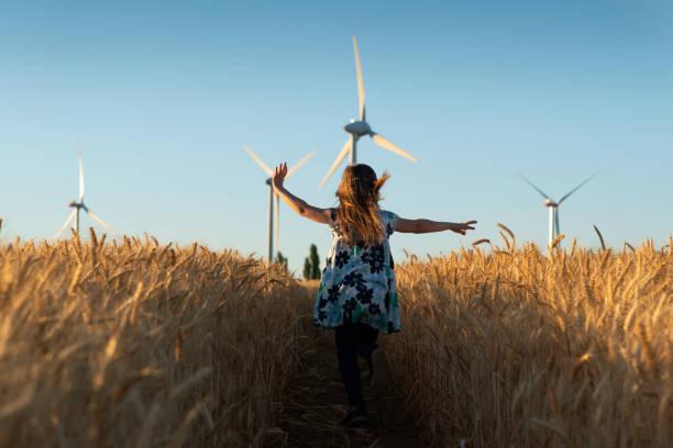la fille exécute la voie à l'énergie éolienne - nuage 6 photos et images de collection