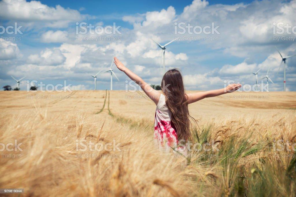 Mädchen steht der WEA – Foto