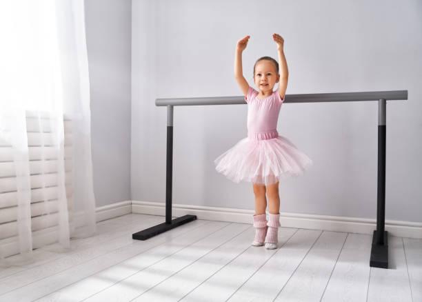 mädchen studiert ballett. - prinzessinnen tutu stock-fotos und bilder