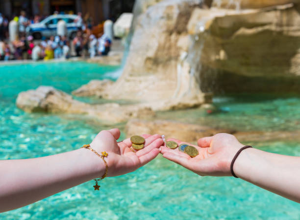 Kız Trevi Çeşmesi'nde bozuk para atıyor stok fotoğrafı