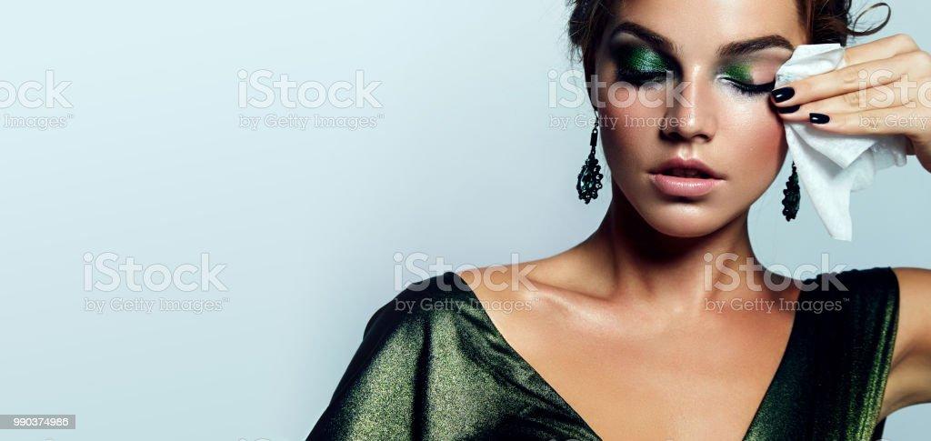 女の子には、化粧品は洗っています。 ロイヤリティフリーストックフォト