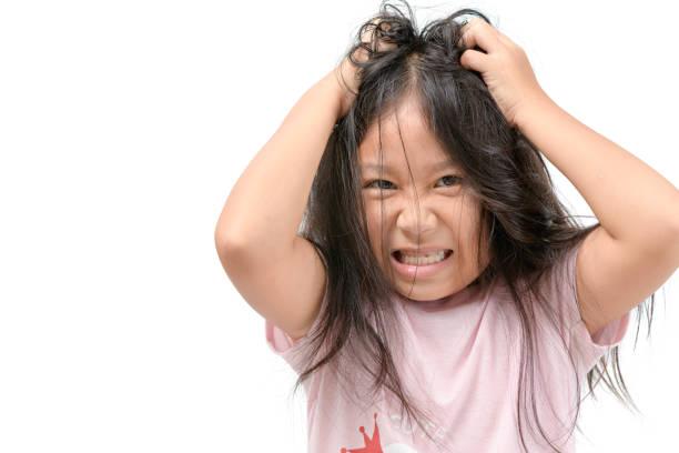 mädchen jucken seine haare oder frustriert und wütend kind - trockene kopfhaut was tun stock-fotos und bilder