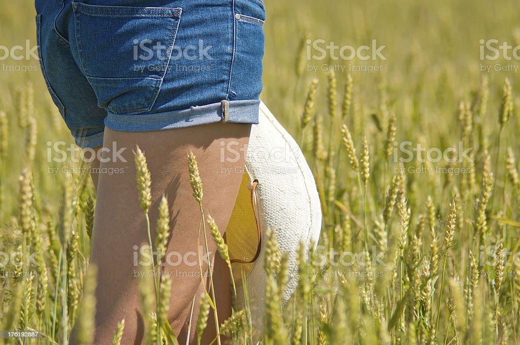 Джинсы Шорты Girl в полевых условиях стоковое фото