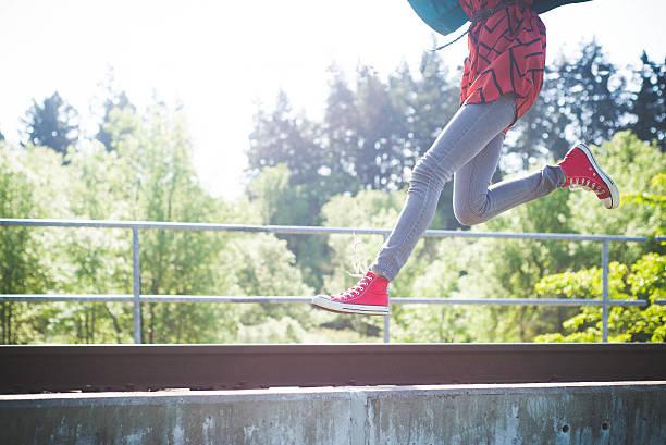mädchen jumping - festzugskleidung stock-fotos und bilder