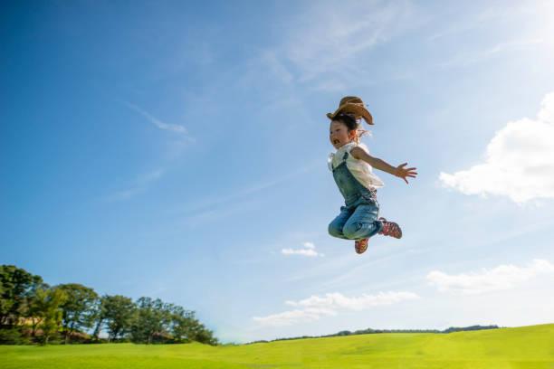 jeune fille sautant au ciel bleu - nuage 6 photos et images de collection