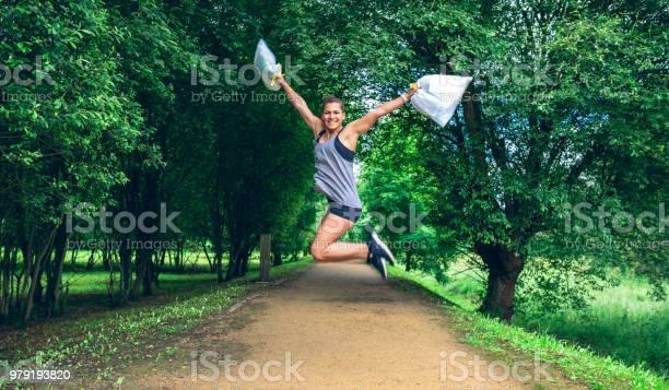 Mädchen Mit Müllbeutel Nach Plogging Springen Stockfoto und mehr Bilder von Aktiver Lebensstil