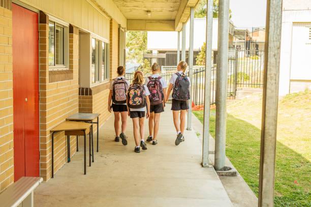 alumnas de secundaria que llegan a la escuela - regreso a clases fotografías e imágenes de stock