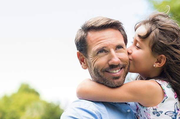 girl kissing father - mid volwassen mannen stockfoto's en -beelden