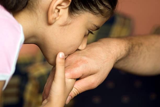 Chica Besando a la mano del padre, primer plano, Estambul, Turquía - foto de stock