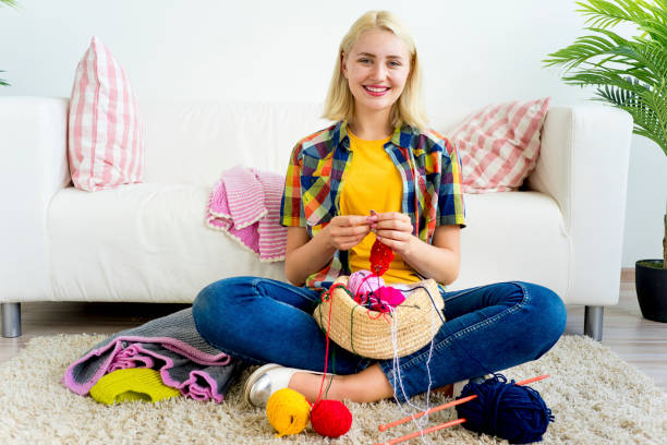Girl knitting at home - foto stock