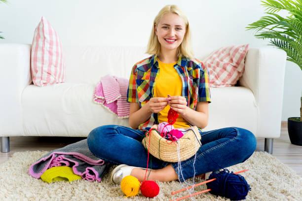 girl knitting at home - lavorare a maglia foto e immagini stock