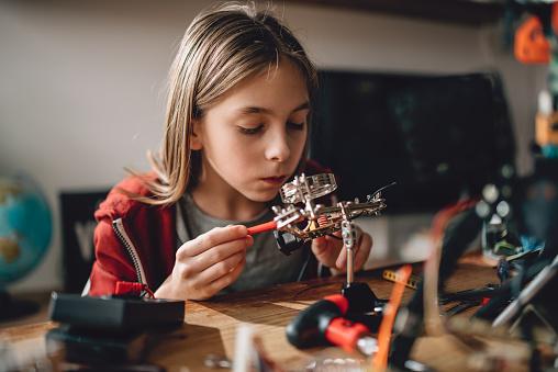 Robótica De Aprendizaje Niña Foto de stock y más banco de imágenes de Adolescente