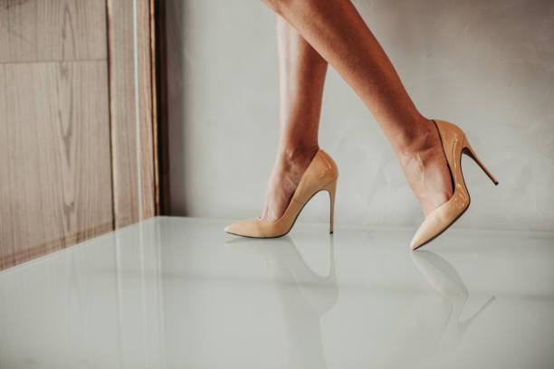meisje benen in heldere stijlvolle stiletto shoes - hoge hakken stockfoto's en -beelden