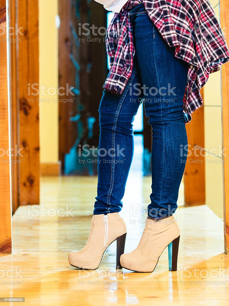 c22d0fd57826 Ragazza gambe in jeans pantaloni tacchi alti scarpe foto stock royalty-free