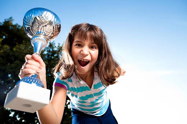 Mädchen heben ein trophy – Foto