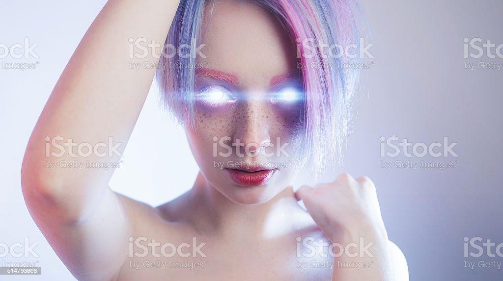 Chica como un robot de con una cálida ojos - foto de stock
