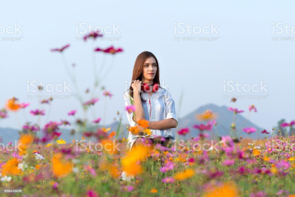 Chica escuchando música con auriculares de streaming en verano en el parque. - foto de stock