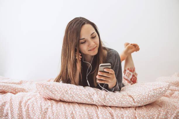 Ein Mädchen hört Musik oder einen Podcast. – Foto