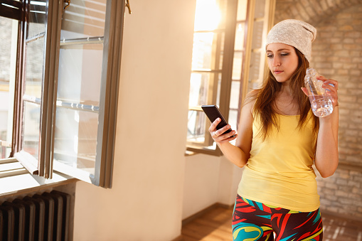 여자 실내 휴대 전화에 찾고 가정의 방에 대한 스톡 사진 및 기타 이미지