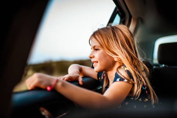 Mädchen auf der Suche aus Autofenster – Foto