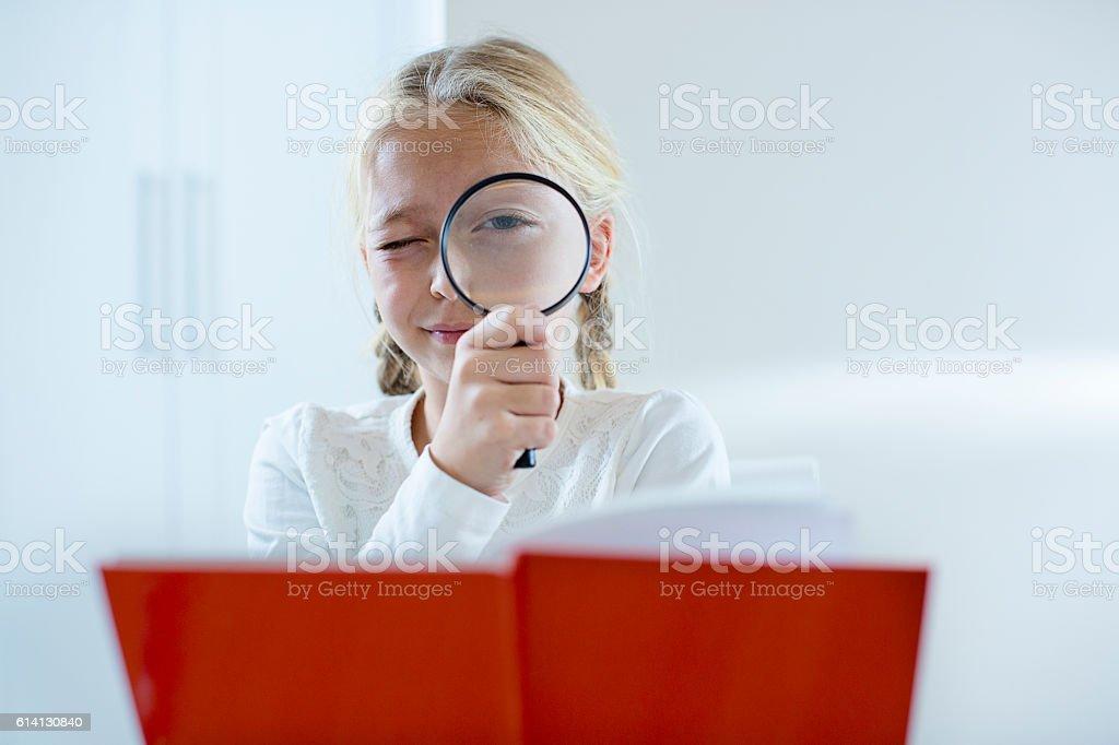 Mädchen Blick durch eine Lupe - Lizenzfrei Akademisches Lernen Stock-Foto