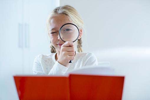 Mädchen Blick Durch Eine Lupe Stockfoto und mehr Bilder von Akademisches Lernen