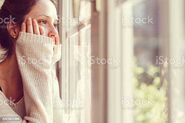 ガールの窓辺 - 1人のストックフォトや画像を多数ご用意