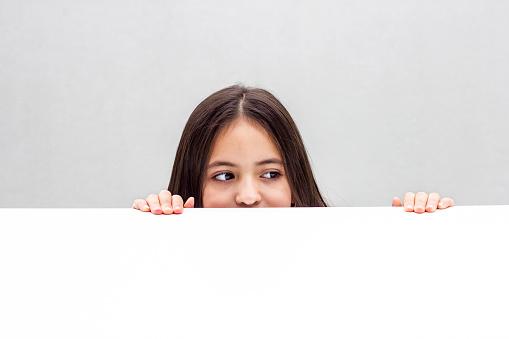 壁越しに覗く女性