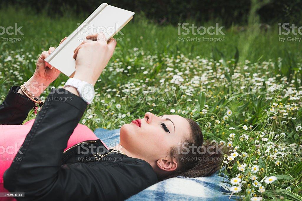 Madchen Liegen In Einem Garten Und Liest Ein Buch Stockfoto Und