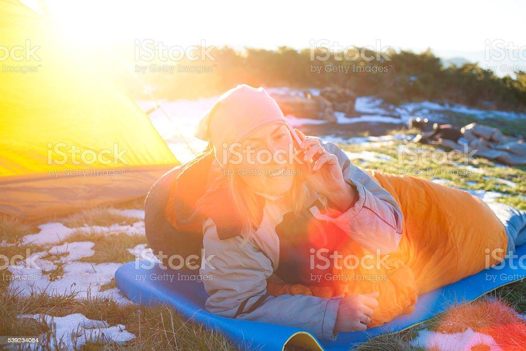 Menina deitada em um saco de dormir. foto royalty-free