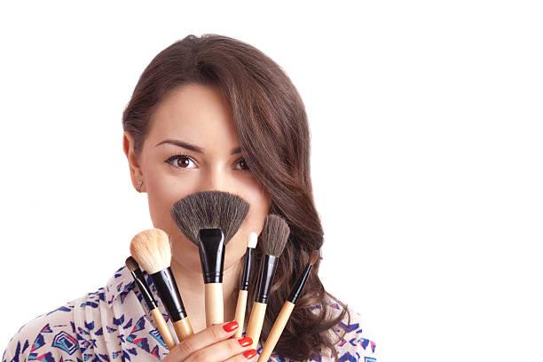 mädchen mit pinsel-make-up-künstler - natürliche make up kurse stock-fotos und bilder