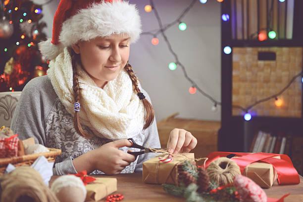 mädchen, weihnachten geschenke - winterdeko basteln stock-fotos und bilder