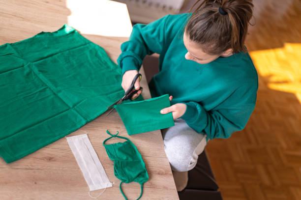 Mädchen machen DIY schützende Gesichtsmaske – Foto