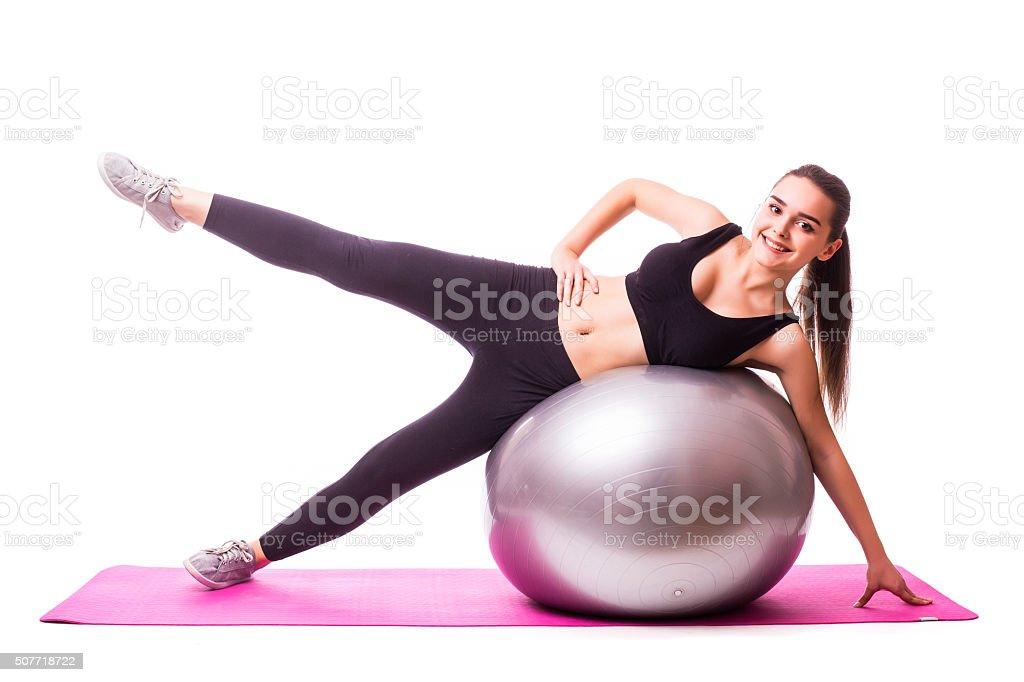 Chica haciendo las piernas ejercicio con pelota de Pilates foto de stock  libre de derechos dfd014994217