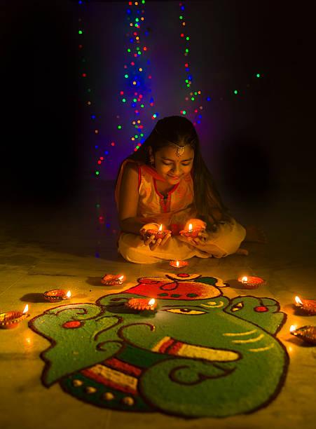 Mädchen macht Rangoli und dekorieren mit Öllampen für Diwali – Foto