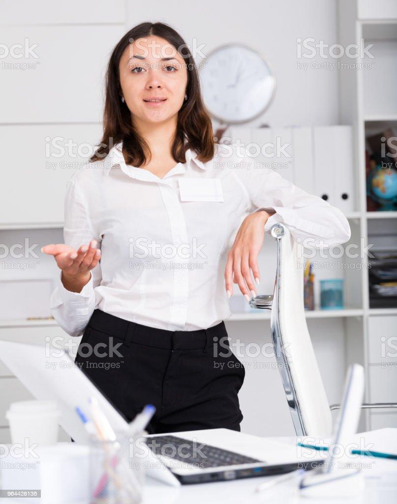 Gerente de menina em pé e boas-vindas ao escritório na mesa - Foto de stock de Assistência royalty-free