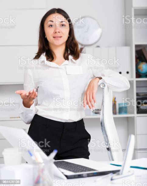 Foto de Gerente De Menina Em Pé E Boasvindas Ao Escritório Na Mesa e mais fotos de stock de Assistência